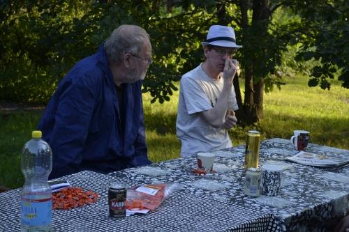Boris ja Mixu välttelevät pöydällä lojuvien salmiakkien huomaamista.