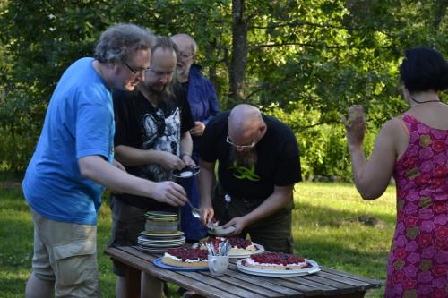 Zum ja Perhana pyrkivät kakkuapajille. Tarja kauhistelee, syökö Shimo kaiken! (kuva: Juri Timonen)