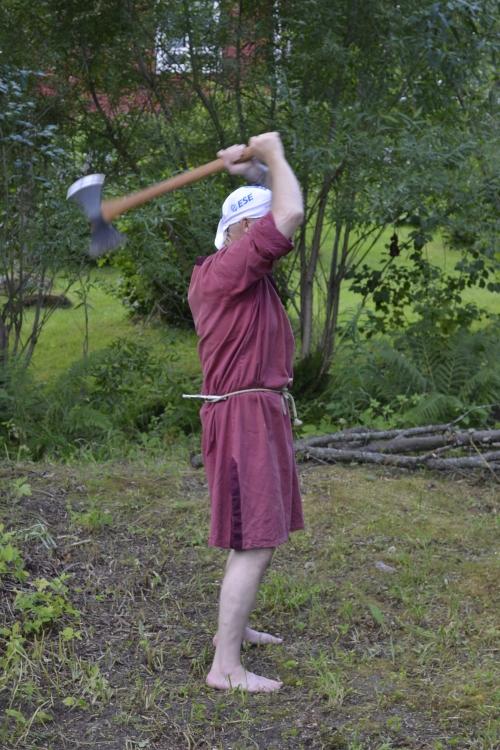Janne näyttää mallia, miten kirves heilahtaa. (kuva: Juri Timonen)