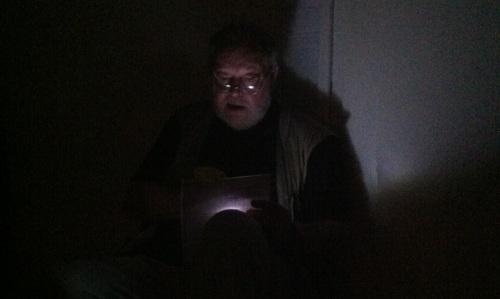 Kauhukirjailija Boris Hurtta pelottelee nuorempiaan kellarissa. (kuva: Shimo)