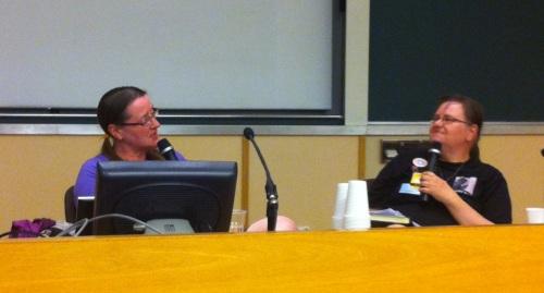 Elizabeth Bear, oikealla haastattelija Sari Polvinen. (kuva: Shimo)