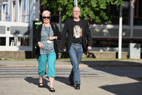 Johanna Sinisalo and Hannu Mänttäri arriving. Judging by the shadows this picture was taken at 9:47 some 80 years after WWII ended.  (Photo credit: Henry Söderlund)